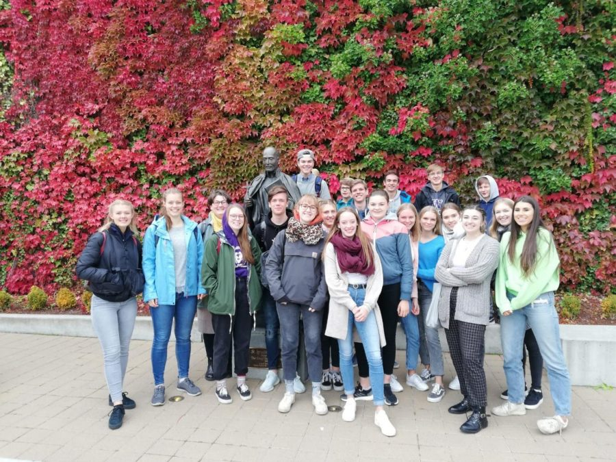 German+students+pose+with+their+exchange+partners.+The+partners+came+for+eight+days+in+October.