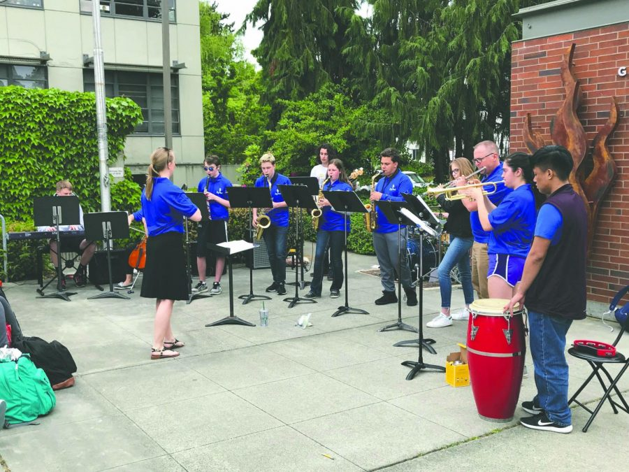 Students+enjoy+the+Jazz+Band%E2%80%99s+tunes+on+a+sunny+Spring+lunch+in+the+Plaza.%0AThe+Jazz+Band+was+just+part+of+Arts+Week+Festivities+during+May+14-18.